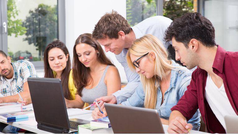 Vielfältige Angebotsstruktur: Der Antrag auf Bildungsurlaub muss spätestens sechs Wochen vor dem Maßnahmenbeginn beim Arbeitgeber abgegeben werden.