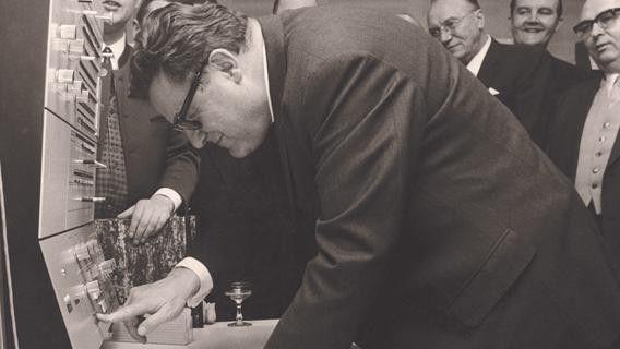 Der damalige Bundesfinanzminister Franz-Josef Strauß weiht am 31. Januar 1969 das Datev-Rechenzentrum ein. Bis dahin waren die Daten in einem externen Rechenzentrum verarbeitet worden.