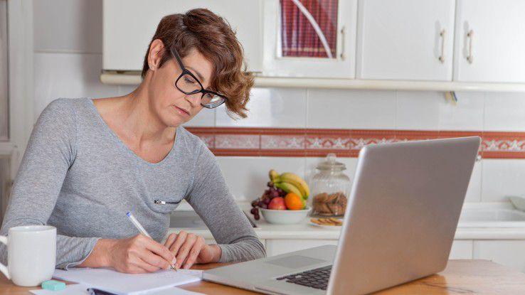 Theoretisch begrüßt die Mehrheit der Arbeitnehmer Home-Office-Möglichkeiten. Aber in der Praxis sieht es oft ganz anders aus...