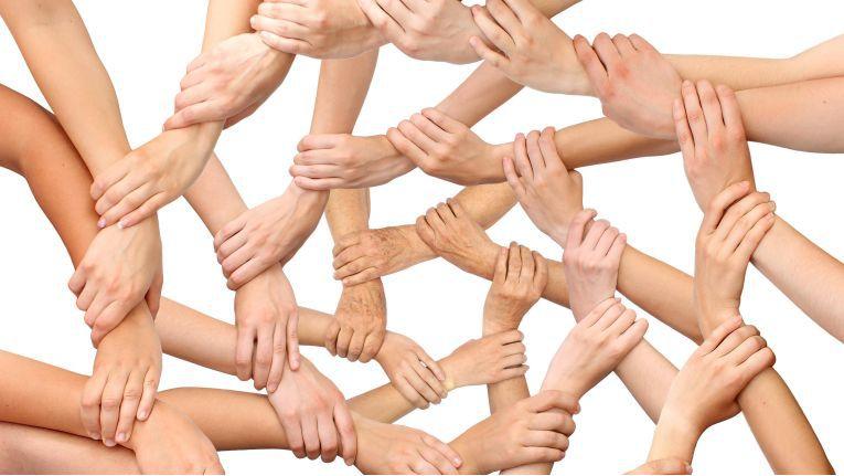 In Unternehmen mit loyalen Mitarbeitern greift eine Hand in die andere, und es herrscht Teamgeist.