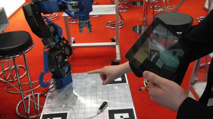 Auf der Hannover Messe Industrie demonstriert die TU Berlin die Robotersteuerung mittels Gesten.