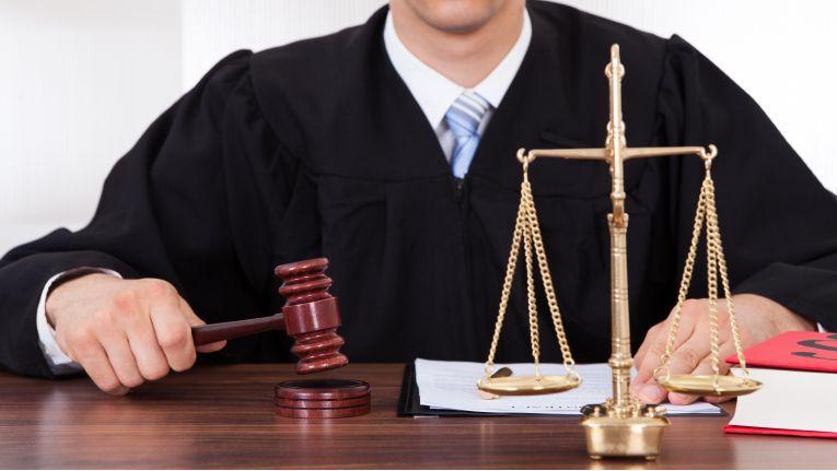 Ist die Pflichtverletzung eines Arbeitehmers sehr groß, darf der Arbeitgeber ihn fristlos kündigen.