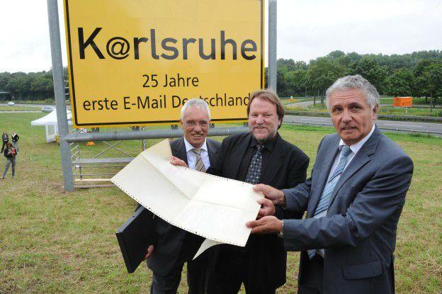 Schon vor fünf Jahren übergab Michael Rotert (l.) die erste in Deutschland angekommene Mail ans Karlsruher Stadtarchiv