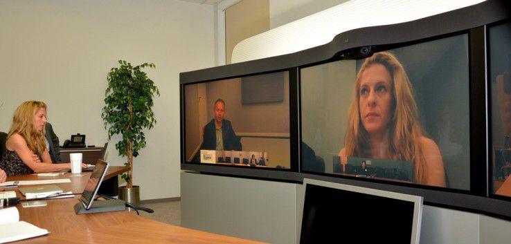 Links schaut Nena Jorgic, Leiterin Customer Experience Center Munich, gerade in die WebCam ihres Notebooks. Rechts wird ihr Live-Bild gerade in die Video-Tele-Presse-Konferenz zugeschaltet.