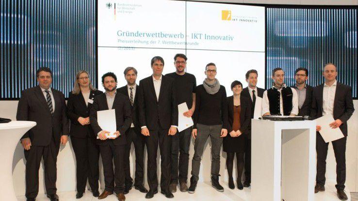 """Wirtschaftsminister Sigmar Gabriel gratuliert den Hauptpreisträgern beim """"Gründerwettbewerb - IKT Innovativ"""" zu ihrer Auszeichnung."""