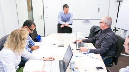 Professor Thomas Hutzschenreuter, Leiter des Lehrstuhls für Unternehmensentwicklung und Corporate Governance an der WHU, zu Besuch bei einem der LEP Teams.