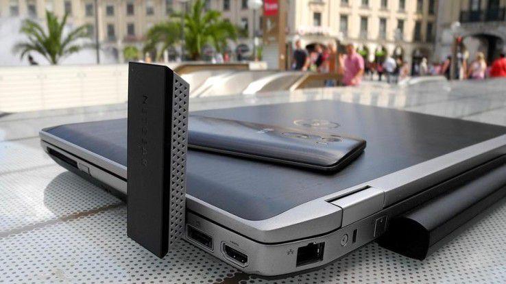 Hier steckt ein 867 MBit/s schneller Netgear AC1200 WLAN-USB-Adapter, Model A6200, um 90 Grad abgewinkelt aufrecht in einem Dell Business-Laptop