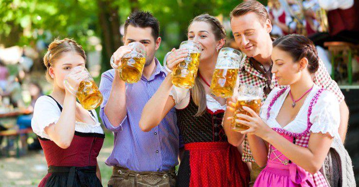 Bewerber, die sich auf Facebook Bier trinkend zeigen, kommen bei Arbeitgebern nicht gut an.