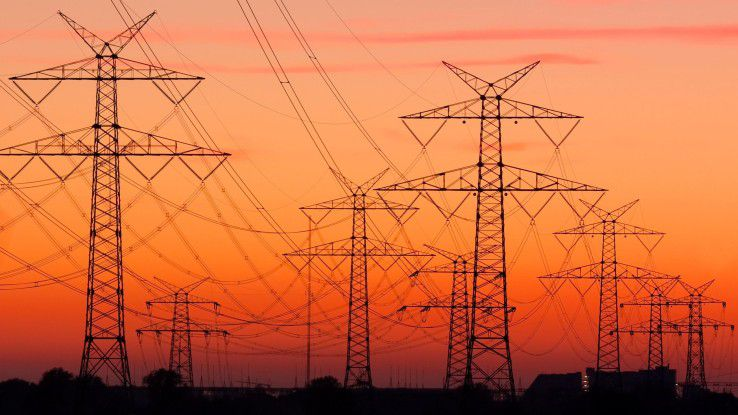 Das deutsche Stromnetz ist etwa 1,78 Millionen Kilometer lang und teilt sich auf in 1,16 Mio. km Niederspannungsebene, 507.210 km auf die Mittelspannung und 76.279 km auf die Hochspannungsebene sowie 35.708 km Höchstspannungsnetze. (Quelle Wikipedia.org)