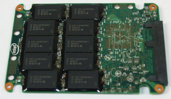 Platinen-Rückseite der Intel X25-E mit zehn 1,6-GB-Flash-Chips