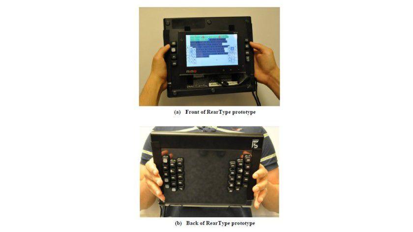 """Reartype: Bei dem Prototyp befinden sich """"normale"""" Tasten auf der Rückseite eines Tablets. (Quelle: Microsoft Research)"""