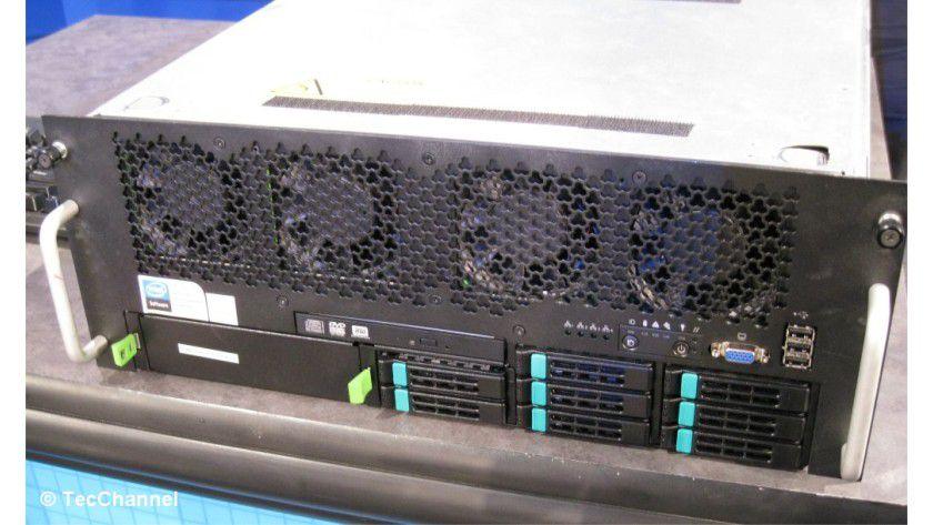 Kompatibel: Westmere-EX setzt auf die aktuelle Xeon-7500-Plattform mit Socket LGA1567. Im Bild sehen Sie das von Intel demonstrierte Westmere-EX-System.