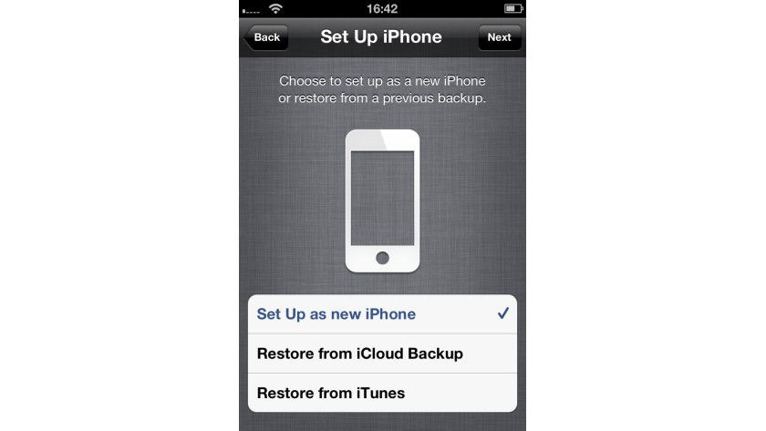 Drahtlos: Mit iOS 5 gibt es die Möglichkeiten, sein iPhone neu aufzusetzen sowie ein Backup aus iTunes oder iCloud zurückzuspielen.