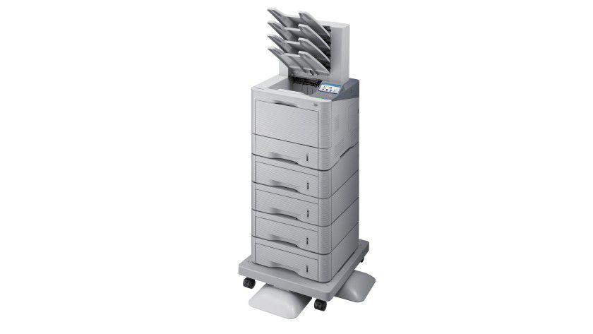 Maximalausbau des ML-5015ND: Mit vier optionalen Papiermagazinen und aufgesteckter Mailbox passt viel Papier ins Büro.