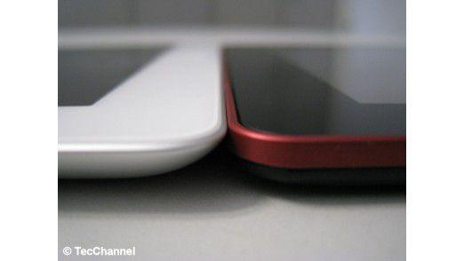Flachmann: Bei einer Gehäusedicke von nur 8,6 mm ist das Fujitsu Stylistic M532 (rechts) sogar minimal dünner als das bereits sehr schlanke iPad 3 (links) mit 9,4 mm.