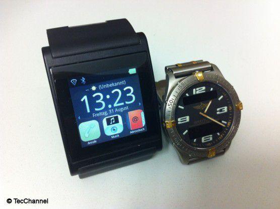 Smartwatch vs. Uhr: Die i'm Watch Color mit Touchscreen ist im Vergleich zu Uhren in normaler Größe alles andere als filigran.