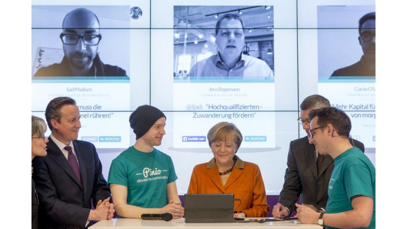 CeBIT 2014: Bundeskanzlerin Angela Merkel zeigt Interesse an der Pinio-App.