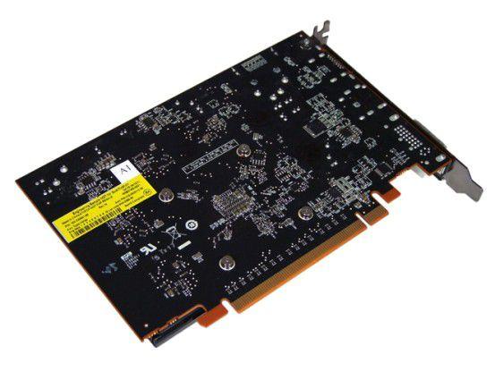 Die Unterseite der AMD Radeon HD 7750, an der PC-WELT die Temperatur misst.