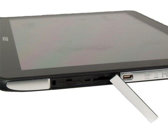 Hinter einer Abdeckung verstecken sich der Kartenleser und der SIM-Karten-Einschub, der beim WLAN-Modell verschlossen ist
