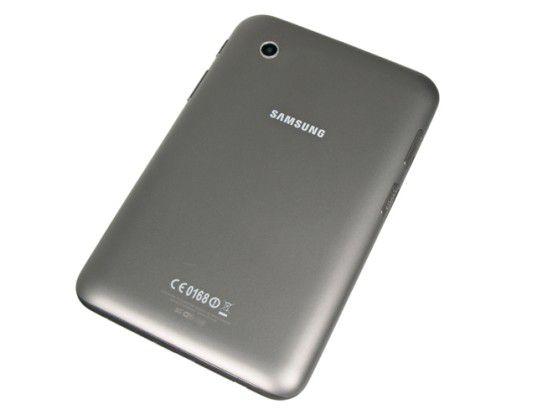 Das Galaxy Tab 2 ist stabil verarbeitet, es liegt dank der aufgerauten Rückseite griffig in der Hand