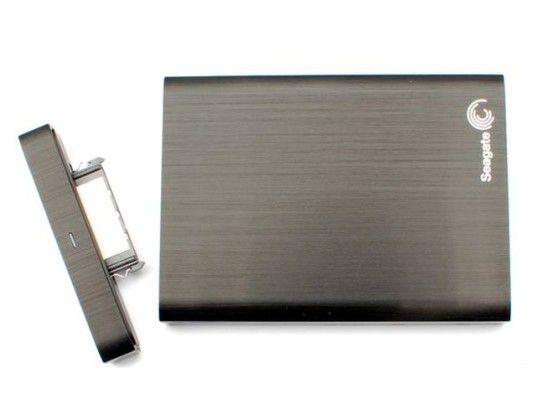 Seagate Backup Plus Desktop Drive: Der USB-3.0-Anschluss lässt sich abziehen und legt die USM-Buchse frei.