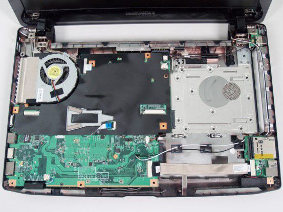 Das Displaykabel muss fest mit der Hauptplatine des Notebooks verbunden sein. Ansonsten bleibt der Bildschirm schwarz.