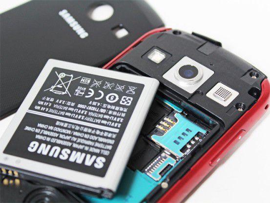 Unter dem Akku befindet sich je ein Slot für eine SIM-Karte sowie eine Micro-SD-Speicherkarte.