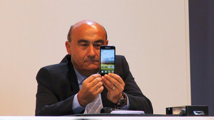 Gianfranco Lanci auf der IFA 2013 mit einem Lenovo-Smartphone