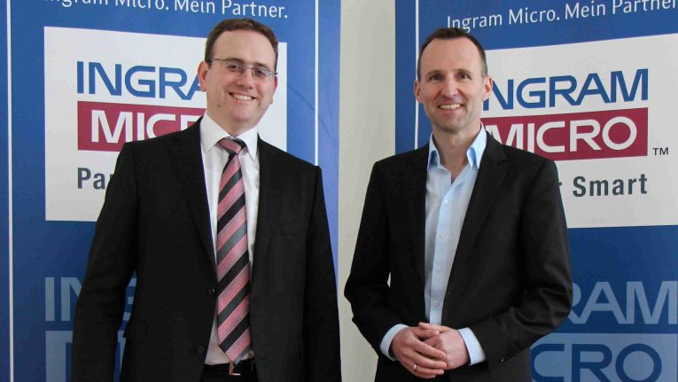 Markus Haake von LG (links) und Guenter Schiessl von Ingram Micro freuen sich auf die Zusammenarbeit in Sachen LED.
