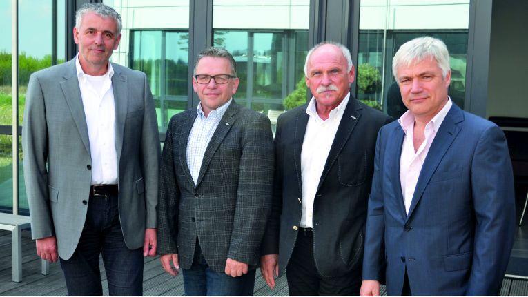 Werner Meiser (Geschäftsführer Solidpro GmbH), August Kurz (Vertriebsleiter Solidpro GmbH), Josef R. Galli (Geschäftsführer Alphacam GmbH) und Michael Junghanß (Geschäftsführer Alphacam GmbH) besiegeln die strategische Allianz der beiden Unternehmen.