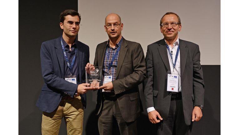 """Florian Bader. outdoorartikel 24 und Andreas Brüggenthies von human IT, freuen sich über den """"Best in eCommerce-Award"""" in der Kategorie """"Erfolgreichste Performance-Verbesserung""""."""