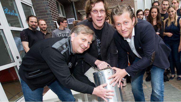 Andreas Lüning, Kai Figge und Frank Heisler, Vorstände des Software Unternehmens G Data, versenken am 27. Juni 2014 die Zeitkapsel auf dem historischen Firmengelände.