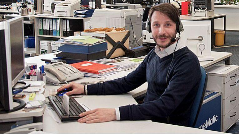 ENO-Experte Thorsten Isensee bei der Vorbereitung zur Schulung der künftigen Smart Home-Spezialisten.