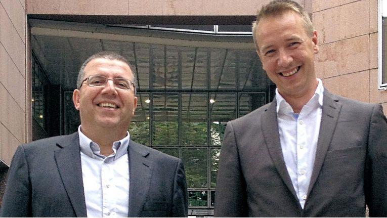 Patric Berger (rechts im Bild mit CEO David Martinez), Geschäftsführer Frankreich, kann mit einem eingespielten Team und bekannten Herstellern in Frankreich sofort loslegen.