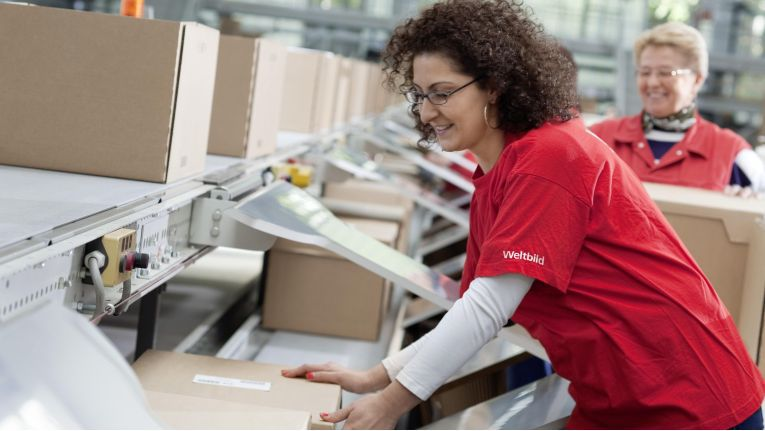 Die 500 Mitarbeiter des Weltbild-Logistikzentrums in Augsburg gehören künftig zum Also-Konzern.