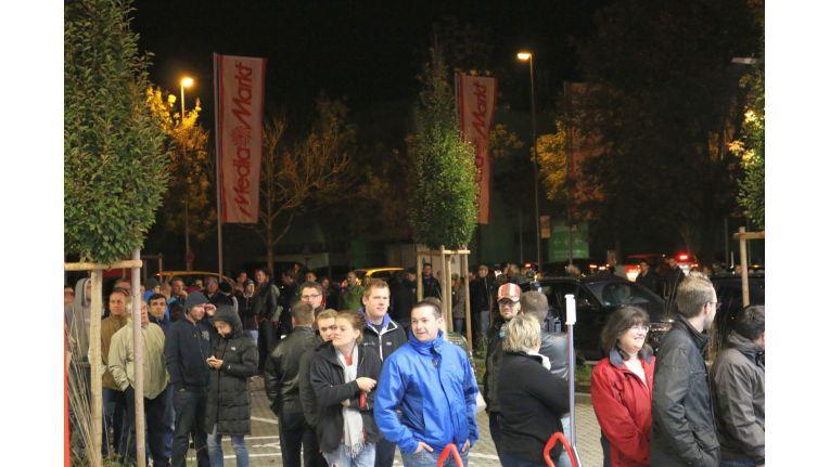Hartgesottene Schnäppchenjäger warteten bereits vor der Markteröffnung um 6 Uhr morgens.