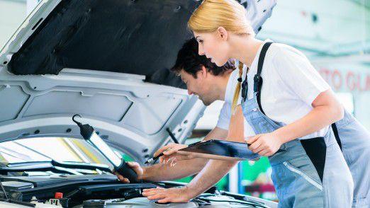 Geht es nach den Verbraucherzentralen, sollen die Autohersteller die Kosten für die Updates in den Werkstätten komplett übernehmen.