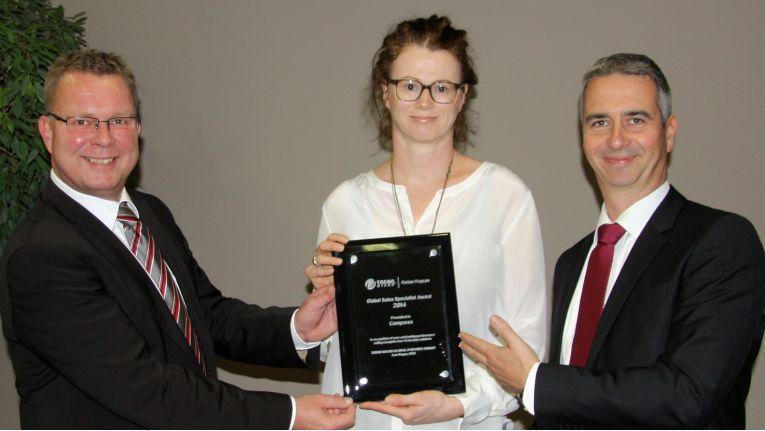 v.l.n.r.: Thorsten Zank von Trend Micro, hat gerade den Preis an Manuela Petschauer und Marcus Helbig von Comparex übergeben.