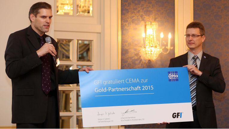 Cema wird Gold-Partner bei GFI Software. Dirk Wolbeck von GFI (links) überreicht das Zertifikat an Cemas COO Rolf Braun.