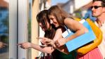 Mit dem Handy in der Hand: Kunden feilschen im Geschäft um die Preise - Foto: Kzenon - Fotolia.com