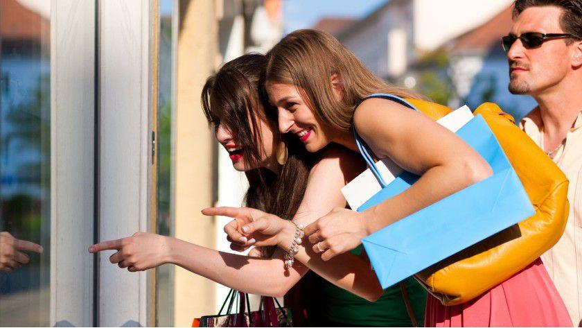 """Shopping heute: Moderne Technologie kann die Kauferlebnisse verbessern, zum Beispiel Gesture-Browsing-Funktionalitäten (""""Wischen"""") im Schaufenster nach Ladenschluss."""