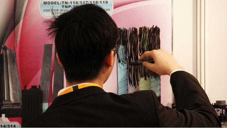Damit die Plagiate nicht weiter beworben werden können, müssen sie auf Plakaten oder in Katalogen geschwärzt werden.