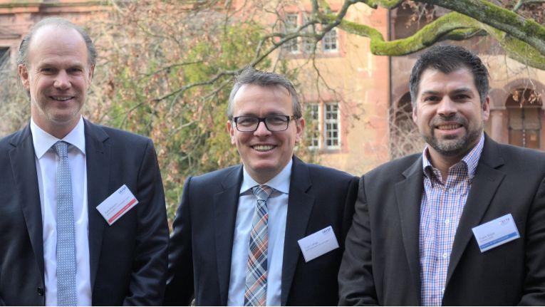 Von links geben sich Axel Mattern, Vorstandsvorsitzender der IA4SP, Sven Lange, Leiter Partner Ecosystem SAP Deutschland, und Frank Bayer, Arbeitskreissprecher bei IA4SP und Ausrichter der Veranstaltung, zufrieden mit dem Ergebnis aus 2014 und dem Jahres-Kickoff 2015 im Heidelberger Schloss.