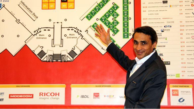 Farouk Hemraj, Cofunder und Director der Distree, präsentiert das Ausstellungsareal und die Partnerunternehmen der diesjährigen Distree EMEA in Monaco.