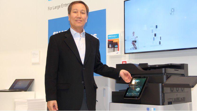 KiHo Kim, Head of Printing Solutions Business Division, Samsung Electronics, stellt auf der CeBIT die Multifunktionsmaschine der MX7-Reihe vor.