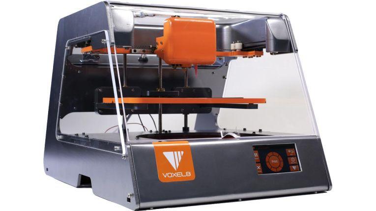 """Der """"3D Electronics Printer"""" von Voxel8 steht für die neuere Generation von Geräten, die mit Plaste und leitfähiger Silbertinte gleich mehrere Materialien gleichzeitig verarbeiten können. 9.000 Dollar für Modelle bis zu Ausmaßen von 10 x 15 x 10 Zentimeter wollen sich Fachhandelskunden derzeit nicht antun - zumal die Hersteller mit Vorliebe am Channel vorbei verkaufen."""