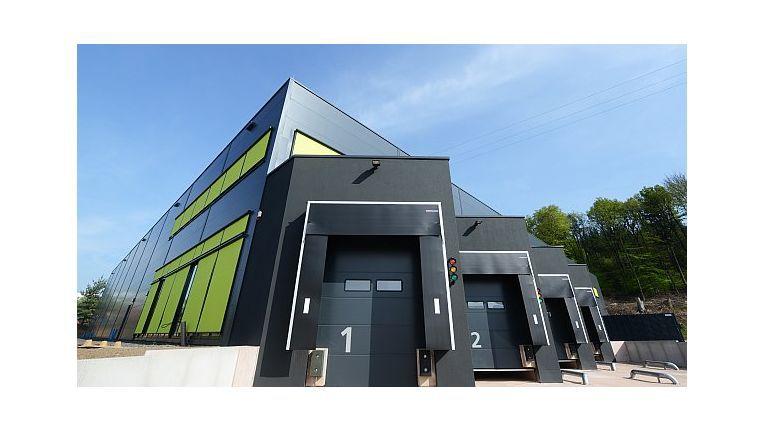 Die Herweck AG, hier das neue Gebäude in St. Ingbert, rückt mit individuellen Service-Preislisten zusätzliche Leistungen beim Smartphone-Verkauf ins rechte Licht.