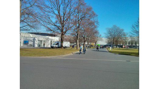 Strahlender Sonnenschein und leere Straßen - die Messe am Montag