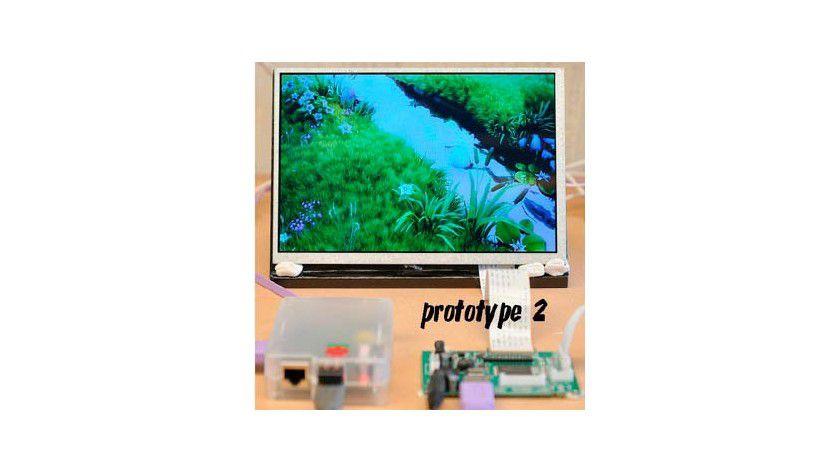 Neun-Zoll-Display: Es benötigt zur Ansteuerung ein Controller- Board (rechts), das bei der fertigen Version im Gehäuserahmen montiert werden soll.