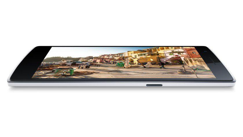 Weil das OnePlus One dünn gebaut und der Rahmen abgerundet ist, liegt es sehr gut in der Hand.